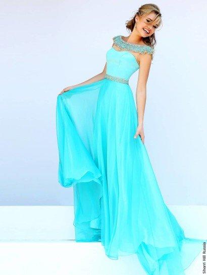 Потрясающее голубое вечернее платье станет центром внимания на выпускном вечере – идеальное сочетание элегантного кроя и выразительной отделки являются лучшей основой успеха образа.  Открытый лиф дополнен полупрозрачной вставкой, на которой располагается воротник, плотно покрытый золотистой вышивкой.  Талию охватывает узкий сияющий пояс с таким же декором, а юбка украшена полупрозрачным легким шлейфом сзади.