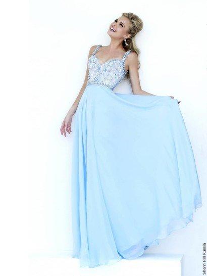 Вечернее платье светлого голубого цвета потрясающе красиво декорировано вышивкой и стразами, подобранными в тон ткани.  Они украшают облегающий корсет с открытым лифом сердечком и симметричными узкими бретельками на плечах, а на талии вышивка располагается плотным слоем, создающим горизонтальную полосу.  Гармонично завершить образ помогает юбка без декора, спускающаяся вниз легкими волнами многослойного шифона.