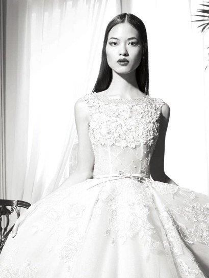 Великолепное свадебное платье с пышной юбкой, узким поясом и кружевным декором.