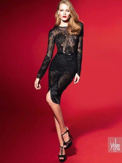 Женственный комплект черного вечернего платья из юбки-карандаш и облегающей блузы выполнен из атласа, плотного кружева с объемной фактурой и ажурной полупрозрачной ткани.  Блуза кажется полупрозрачной почти полностью – аппликации из кружева скрывают обнаженную кожу лишь в области лифа, на линии талии и на запястьях, преображая длинные рукава прямого кроя.  Соблазнительный характер комплекта подчеркивает и асимметричный вырез на юбке, оформленный атласом.