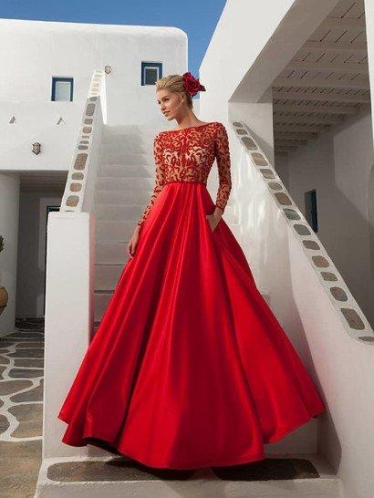 Вечернее платье насыщенного красного цвета выполнено из роскошного глянцевого атласа в сочетании с полупрозрачной вставкой, образующей соблазнительных верх.  По ткани в тон кожи простираются небольшие причудливые полосы отделки в тон атласной юбки, создающие объемную фактуру по закрытому лифу с округлым вырезом под горло и длинным рукавам прямого кроя.  Платье может быть выполнено и в черном цвете.  Платье идеальноподойдет для встречи Нового года 2016!