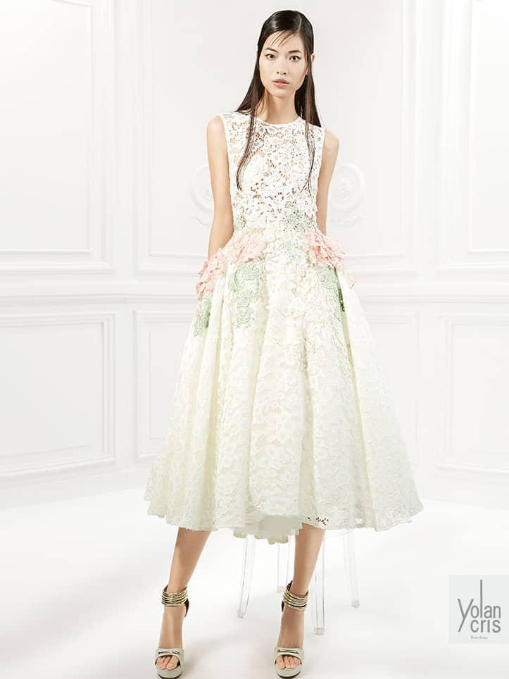 Вечернее платье чайной длины.