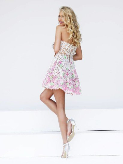 Короткое цветное выпускное платье.
