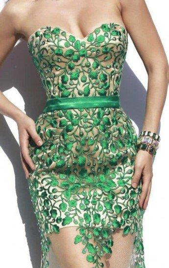 Длинное выпускное платье с полупрозрачной юбкой.