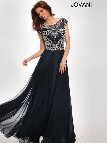 Элегантное вечернее платье черного цвета выполнено из легкого шифона с нежным глянцевым блеском и дополнено полупрозрачной вставкой в тон ткани в области декольте. Верх платья от линии талии и до округлого выреза декорирует сложная вышивка из серебристых стразов и черных бусин. Ее узор подчеркивает изгибы фигуры, обрисовывая лиф в форме сердечка и украшая плечи. Длинная юбка без отделки лаконично завершает образ.