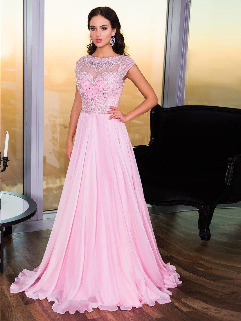 Розовое длинное выпускное платье с коротким рукавом.