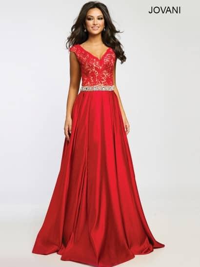 Красное вечернее платье сочетает в роскошном образе сияющий глянцевый шифон и матовое кружево с мелким цветочным рисунком, использованное на бежевой подкладке, идеально выделяющей ажурную ткань. Стройную талию помогает акцентировать широкий пояс, по всей длине расшитый крупными серебристыми стразами, а область декольте украшает глубокий V-образный вырез, очерченный симметричными бретелями.