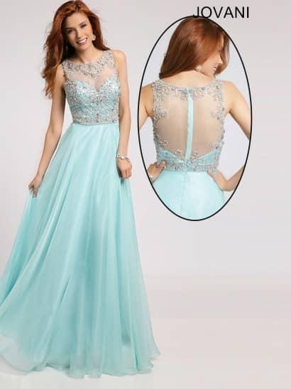 Вечернее платье светлого голубого цвета выполнено из глянцевого шифона в сочетании с полупрозрачными вставками. На спинке такая вставка декорирует глубокий округлый вырез, а на лифе оформляет декольте в форме сердечка, образуя высокий вырез. Кроме того, она служит основой для роскошной вышивки из серебристых стразов, плотным слоем покрывающей весь верх платья и образующей сложный узор от линии талии до шеи.