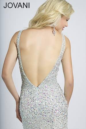 Длинное вечернее платье с открытой спиной.