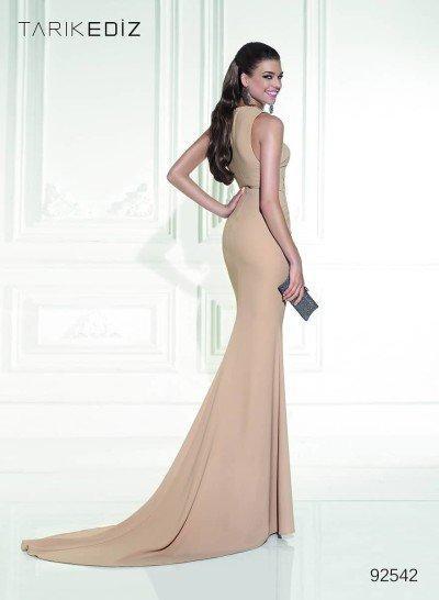 Длинное вечернее платье песочного цвета.