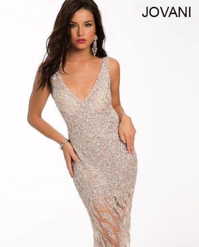 Коктейльное платье с открытой спиной и прозрачной юбкой.