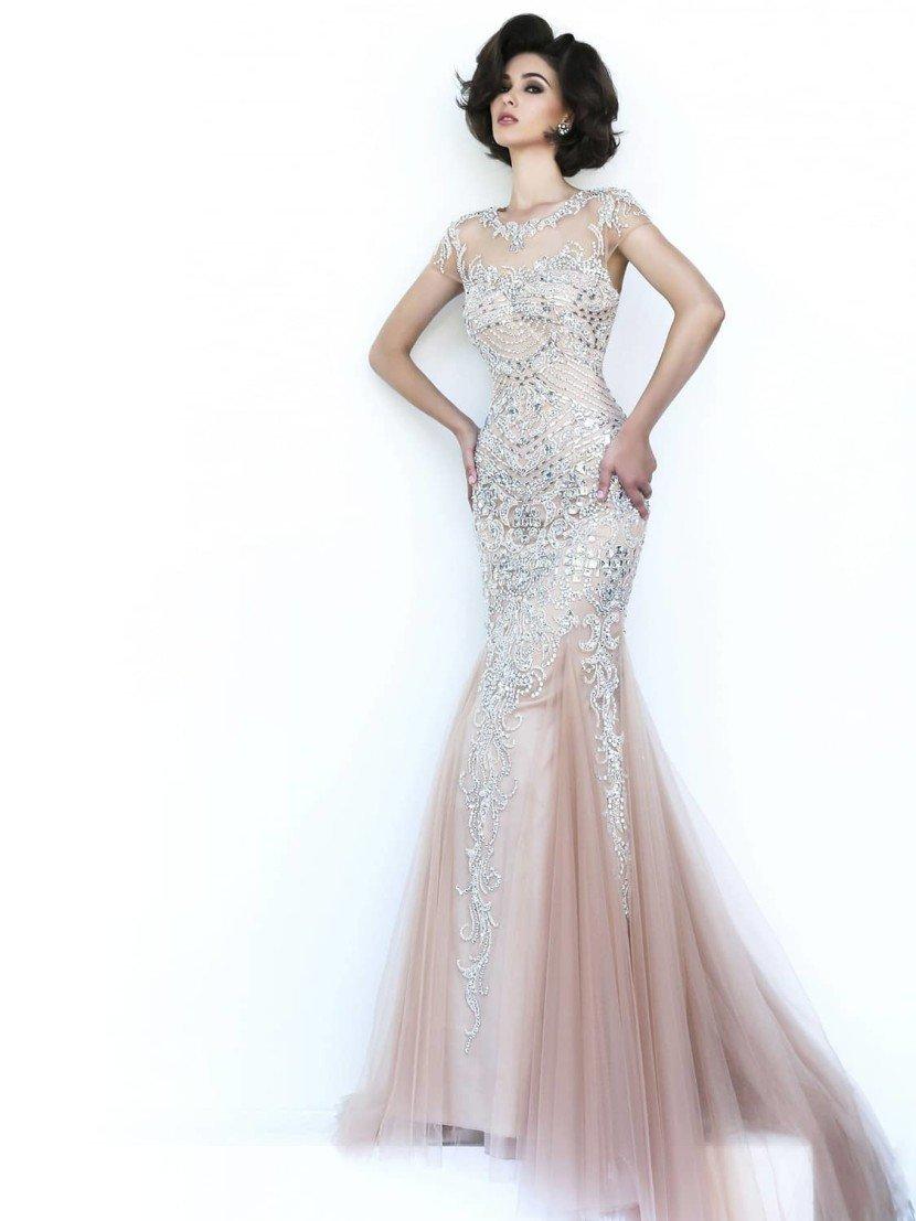 Облегающее вечернее платье с полупрозрачной вставкой сверху и силуэтом «русалка».