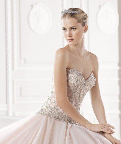 Открытое свадебное платье со шлейфом.