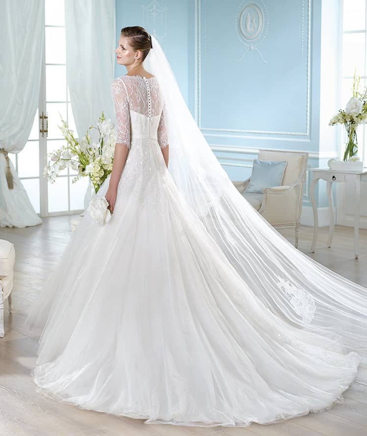 Платье со шлейфом и рукавами