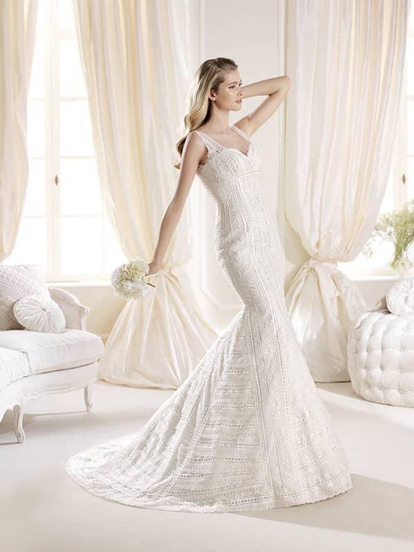 Узкое силуэтное свадебное платье в стиле бохо.