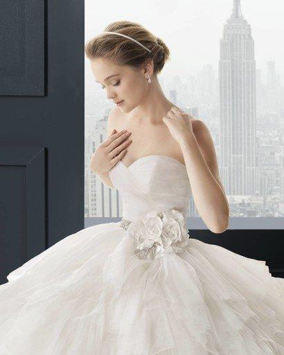 Пышное свадебное платье с декором пояса.