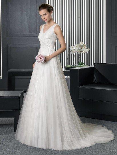 Свадебное платье с необычным декором спины.
