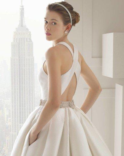 Пышное закрытое свадебное платье с поясом.