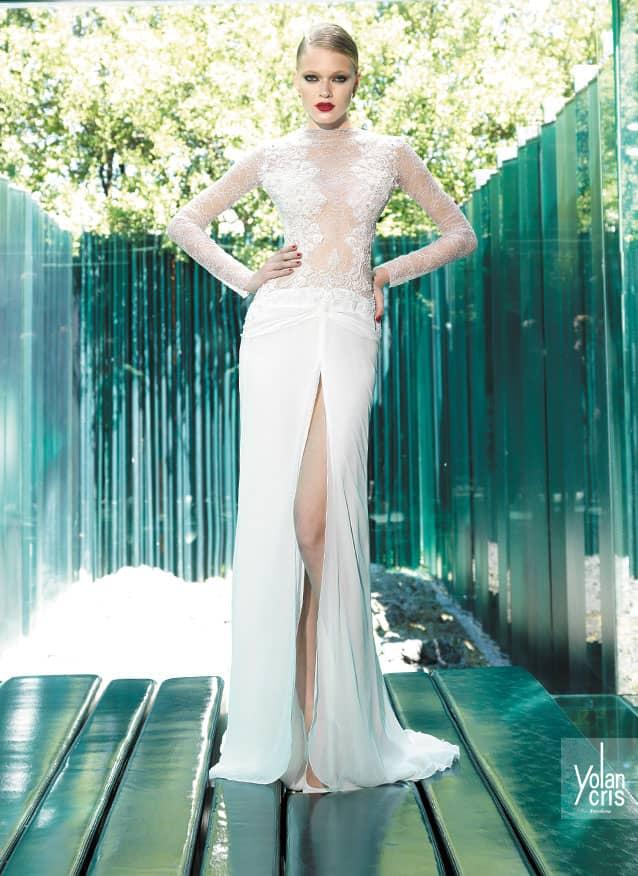 Прямое свадебное платье с разрезом от бедра.