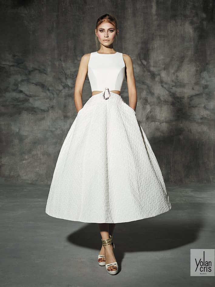 774ac3a9c7a Для невесты-мечтательницы – стильные свадебные платья из плиссированного  тюля