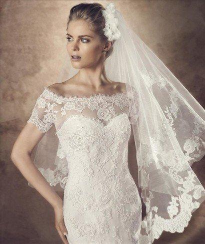 Свадебное платье расшитое кружевом.