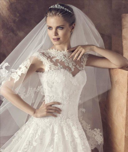Свадебное платье для венчания с кружевным декольте.