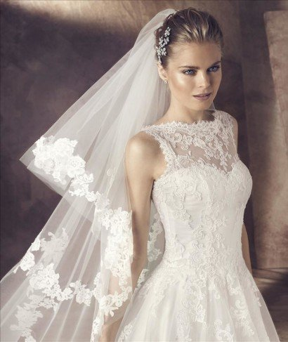 Свадебное платье с кружевной спиной и декольте.