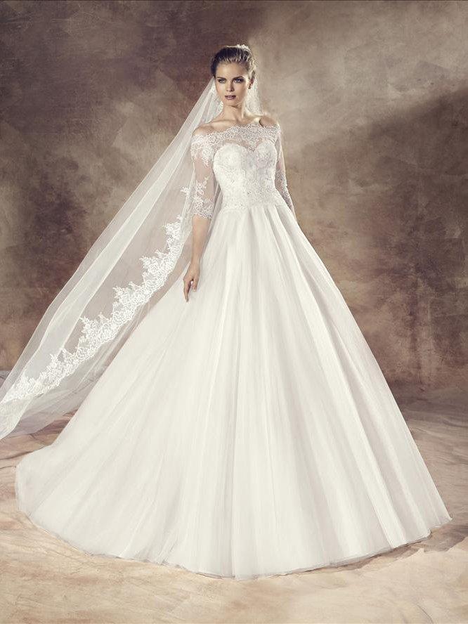 Свадебное платье классического силуэта.