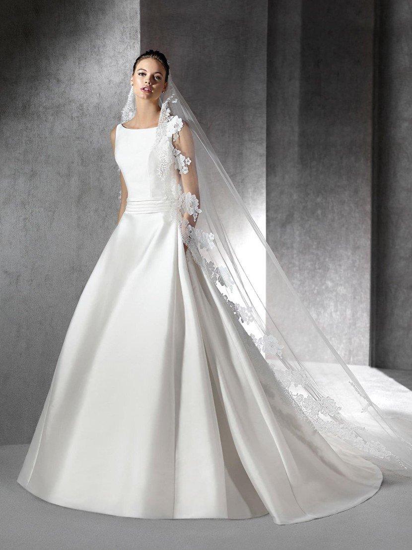 Шелковое свадебное платье с глубоким вырезом на спине.