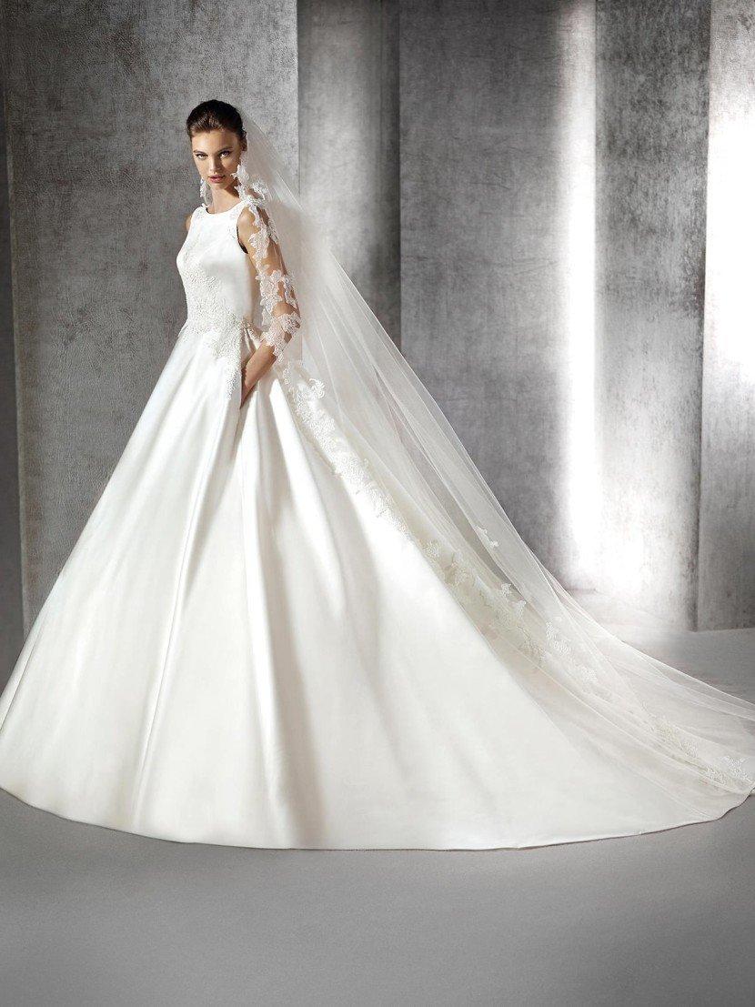 Атласное пышное свадебное платье с длинным шлейфом.