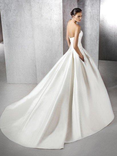Пышное атласное свадебное платье.