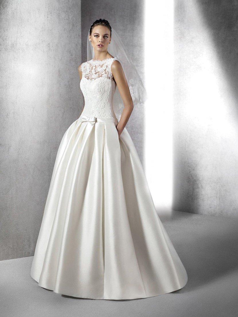 Пышное атласное платье в пол.