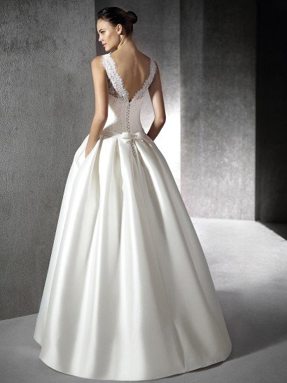 Пышное атласное платье.