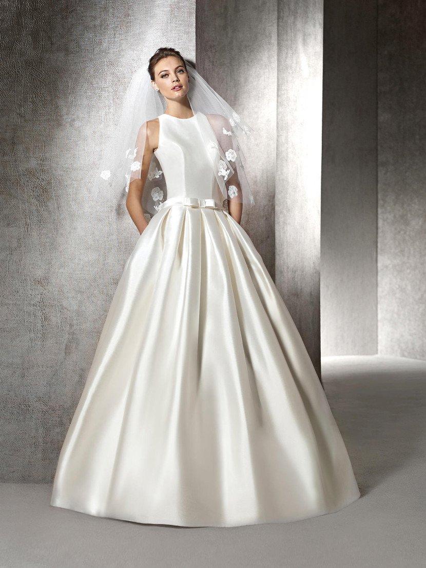 Шелковое свадебное платье со стильным поясом.