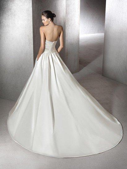 Шелковое свадебное открытое платье А-силуэта.