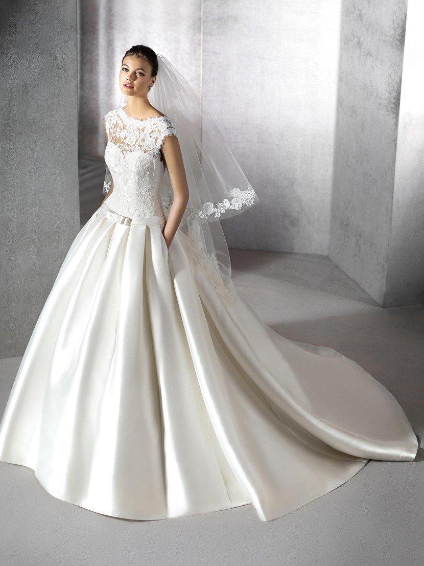 Пышное шелковое свадебное платье с кружевом на декольте.