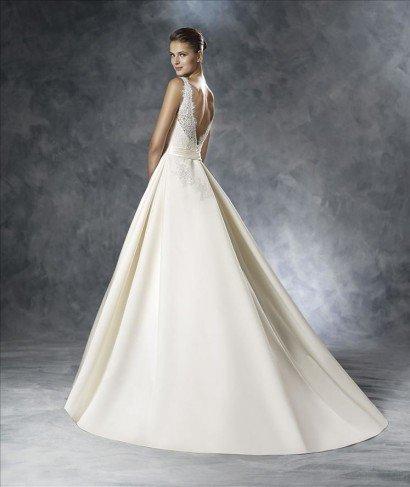 Платье свадебное с кружевным декольте.