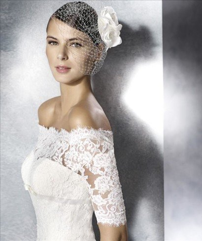 Свадебное платье с короткими кружевными рукавами.