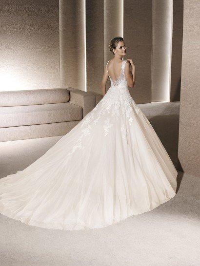 Свадебное платье с полупрозрачным декольте.