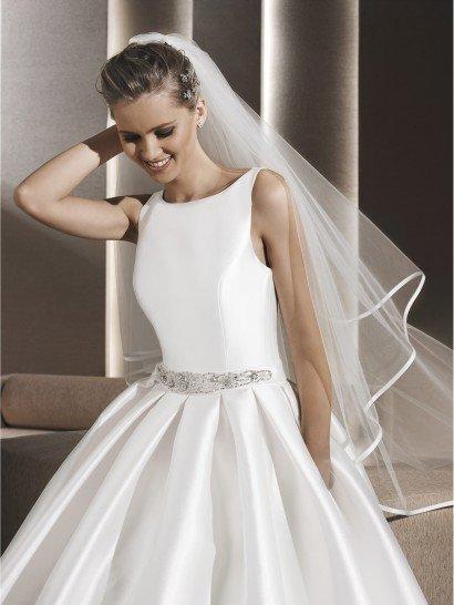 Простое закрытое свадебное платье.