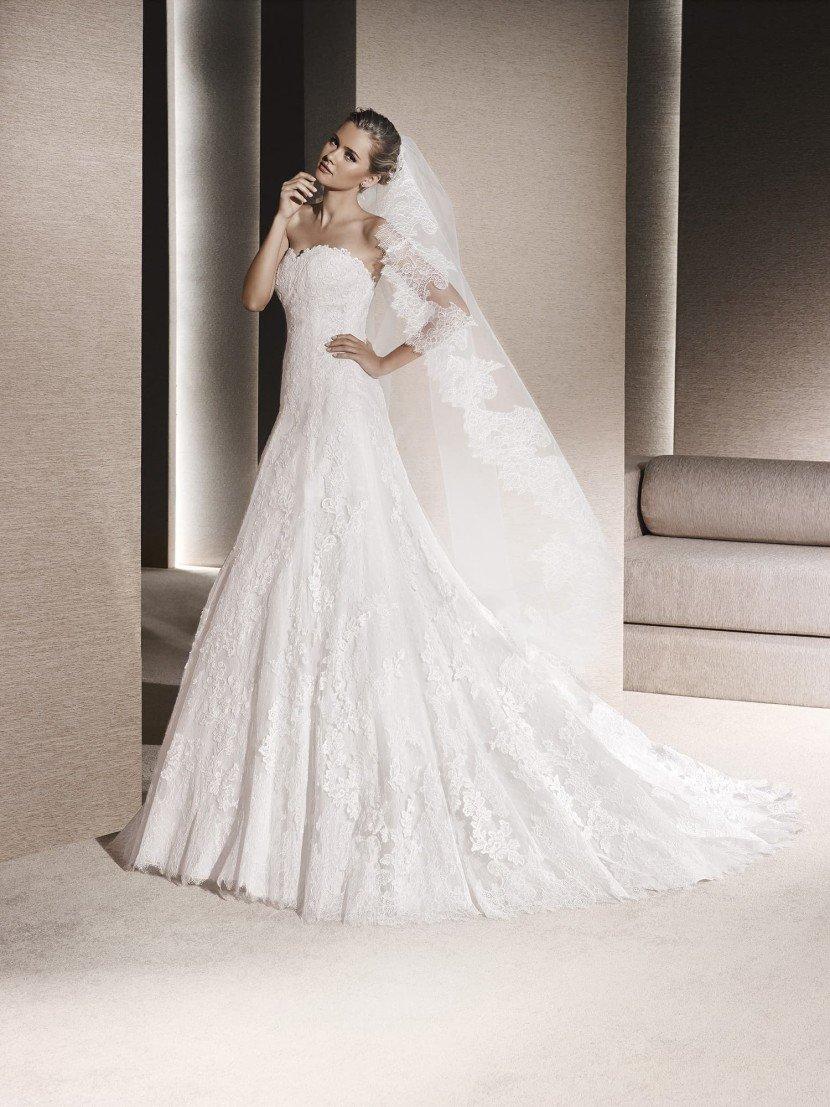 Свадебное платье с накидкой.