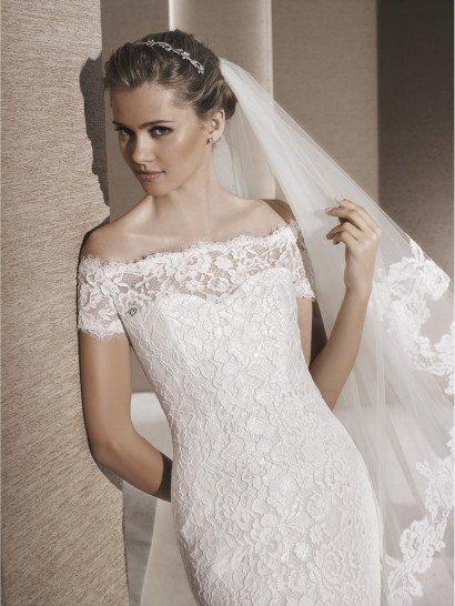 Свадебное платье фасона русалка с портретным декольте.