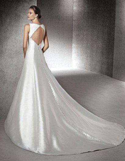 Простое шелковое свадебное платье.