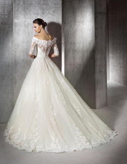 Свадебное платье с портретным декольте.