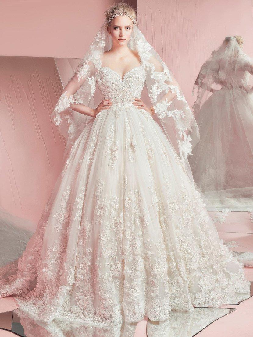 Потрясающая пышность открытого свадебного платья с глубоким декольте в форме сердца.