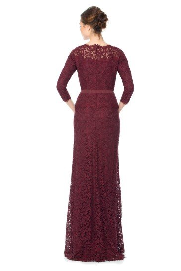 Элегантное вечернее платье прямого силуэта темно бордового цвета.