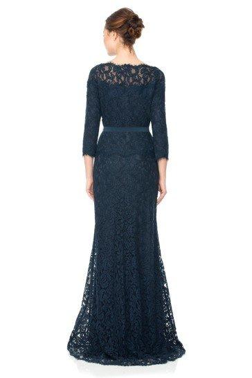 Темно-синее лаконичное вечернее платье с рукавами.