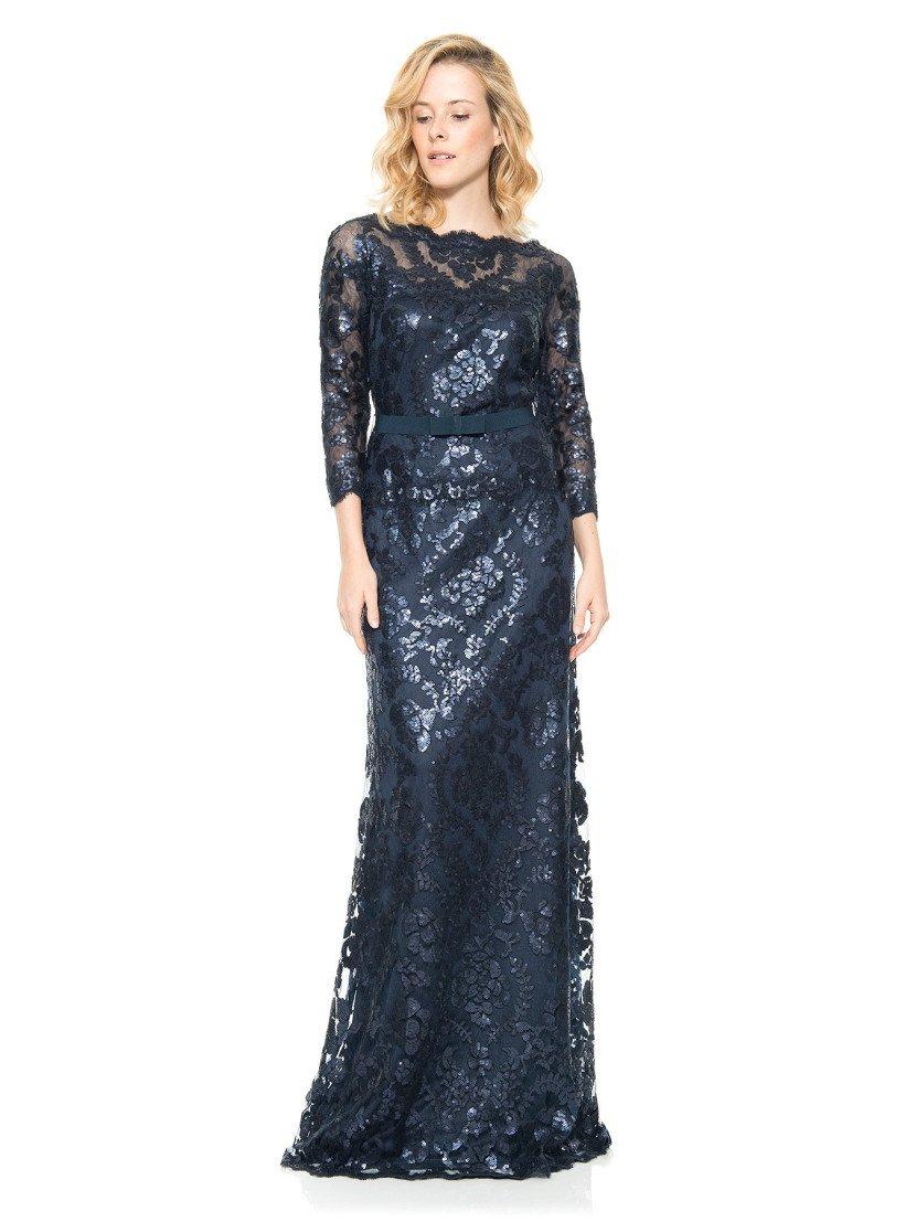 Закрытое темно-синее вечернее платье с рукавами и блестящим металлическим оттенком.
