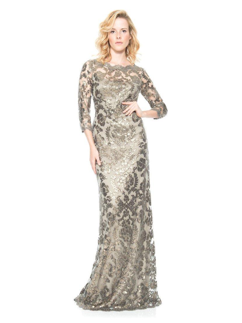 Закрытое золотистое вечернее платье с рукавами и блестящим металлическим оттенком.
