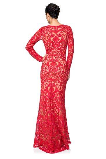 Красное вечернее облегающее платье, украшенное кружевом.